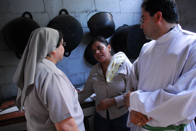 Llenando despensas vacias de comedores para niños en América Latina.
