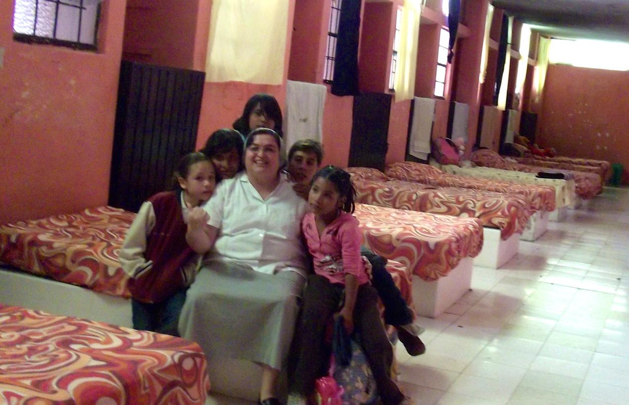 Visitando y llevando ayuda a Orfanatos de América Latina.