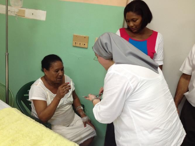 Vistando los enfermos y ofreciendoles apoyo espiritual con la donación de sus CDs de música bíblica para orar
