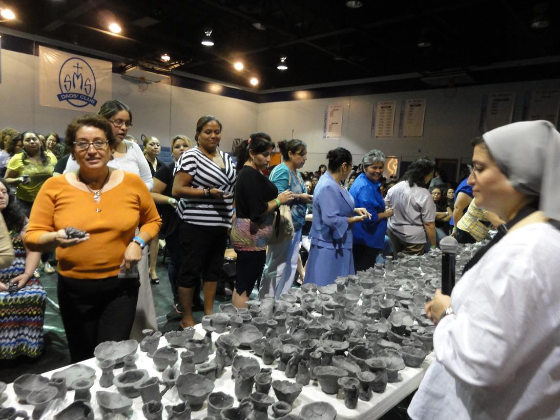 Dando formación humana y espiritual a mujeres de América Latina en cursos, talleres y retiros para ellas.