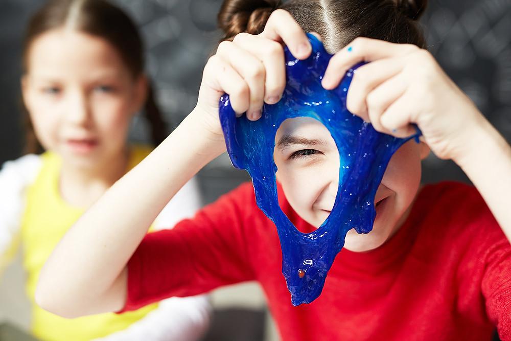 Crianças brincando com slime iStock/Getty Images