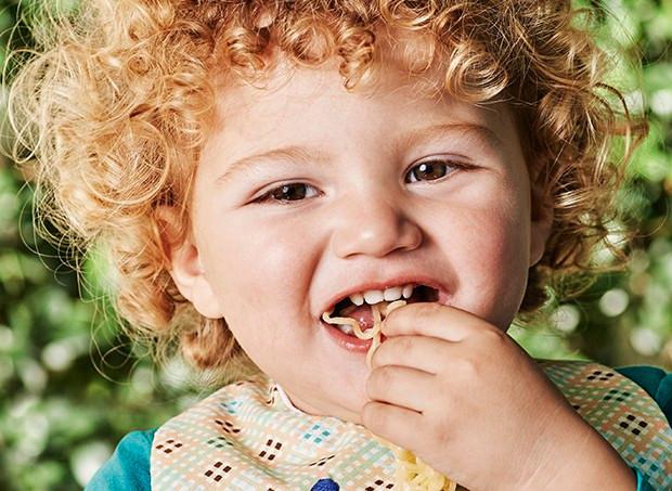 menino-comendo-macarrão