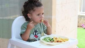 Comer em restaurantes vs escolhas alimentares menos saudáveis do que comer em casa e na escola.  