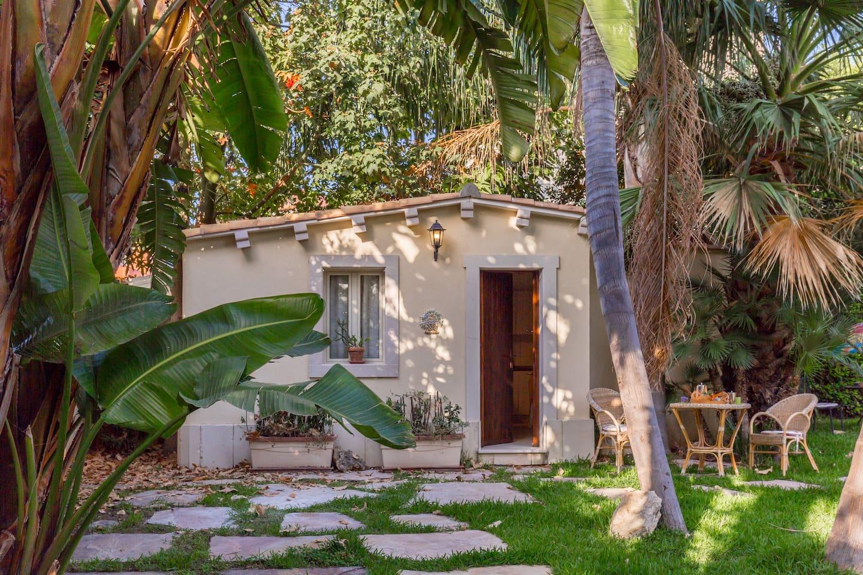 Домик в саду для отдыха на Сицилии