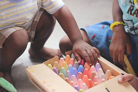 Kinderen spelen met krijt