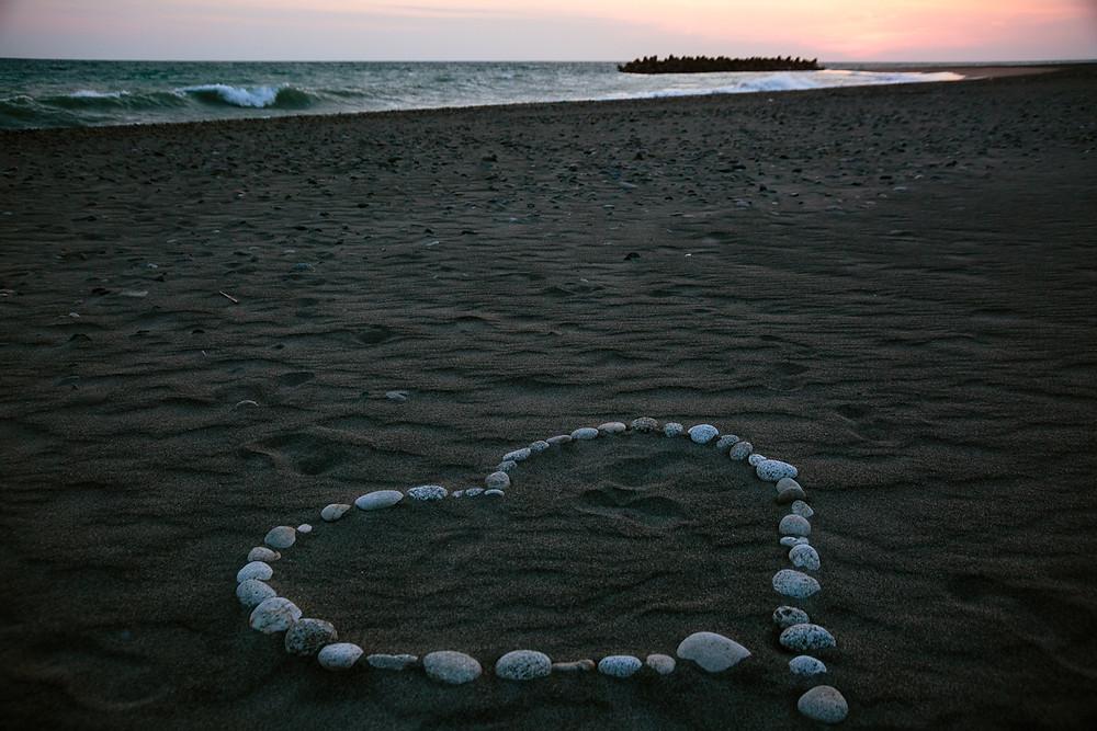 波打ち際に石で描かれたハートマーク