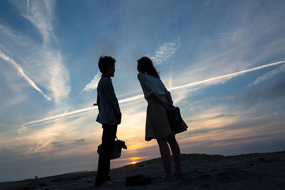 二人で見る砂丘の夕日