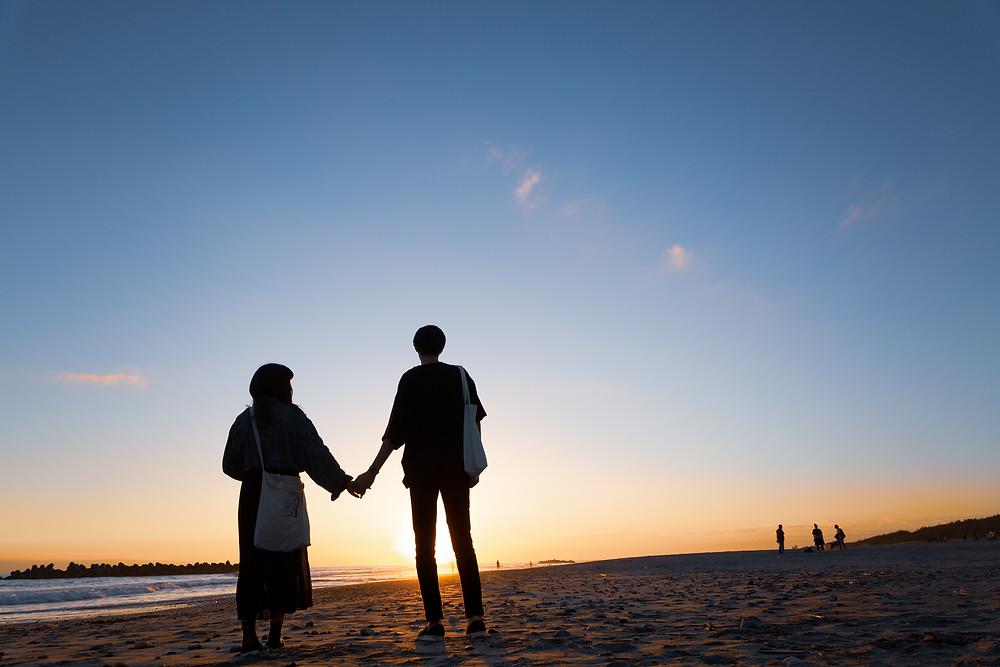 中田島砂丘でカップルと夕日