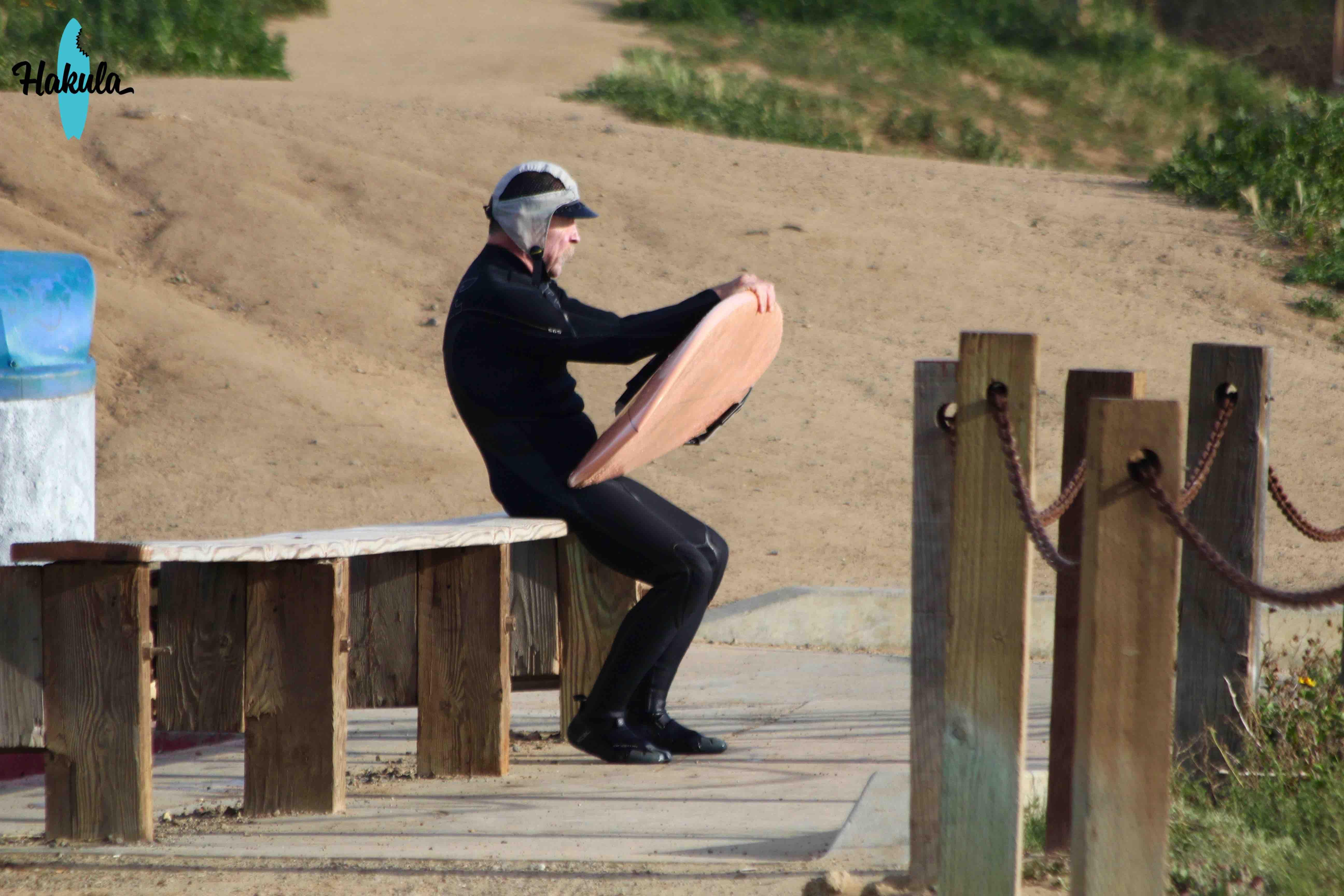 пожилой серфер в Калифорнии