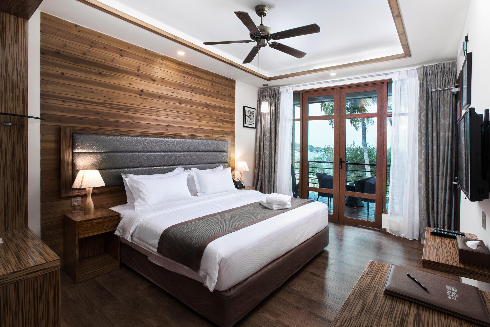 Комната отеля с большой кроватью