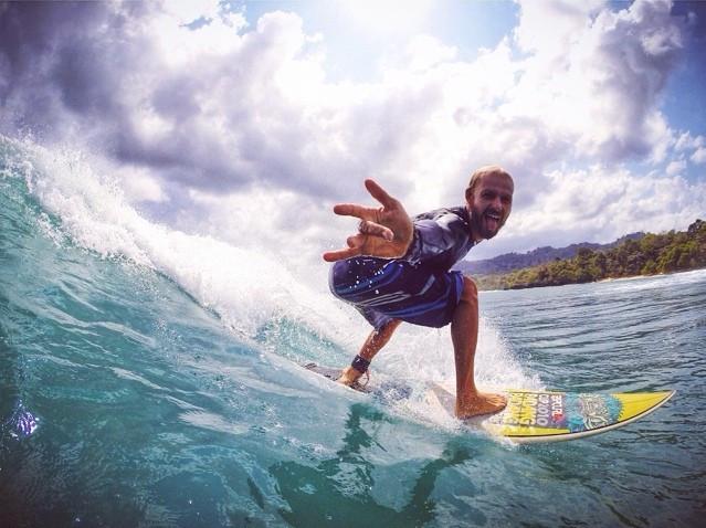 серф-йога инструктор Леша приглашает на серфинг на Мальдивах