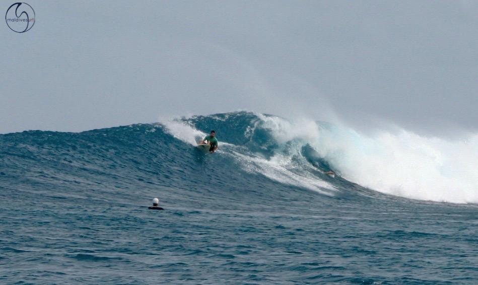 большая волна на Мальдивах
