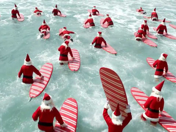 Видео: 300 серфящих Санта Клаусов