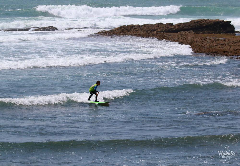 Волны подходят даже для самых маленьких сёрферов