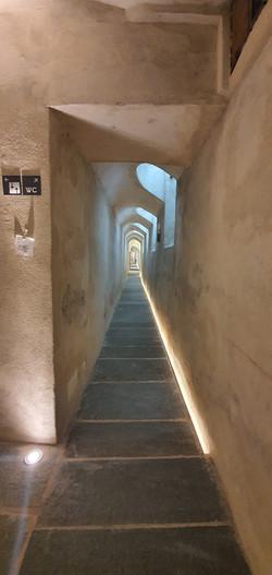 Corridoio pavimentato in quadrettoni su misura in Pietra di Luserna