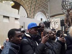 Orsay devant la statue du _Nègre du Soud
