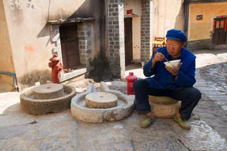 Homme en bleu et bol de riz.jpg