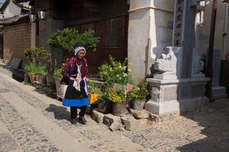 Femme nachi dans rue.jpg