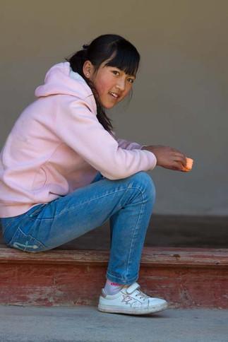 Jeune fille sweat rose.jpg