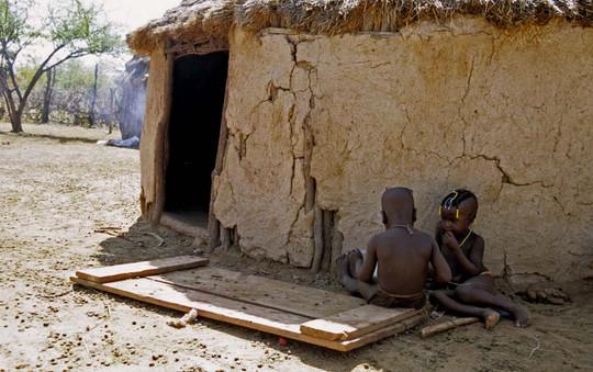 2 enfants devant case copie.jpg