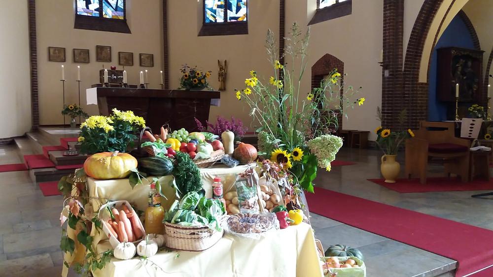 Unsere geschmückte Kirche zum Erntedankfest mit Gabentisch und vielen Sonnenblumen auf dem Altar mit denen wir auch in diesem Jahr Dankesagen für Gottes Güte.