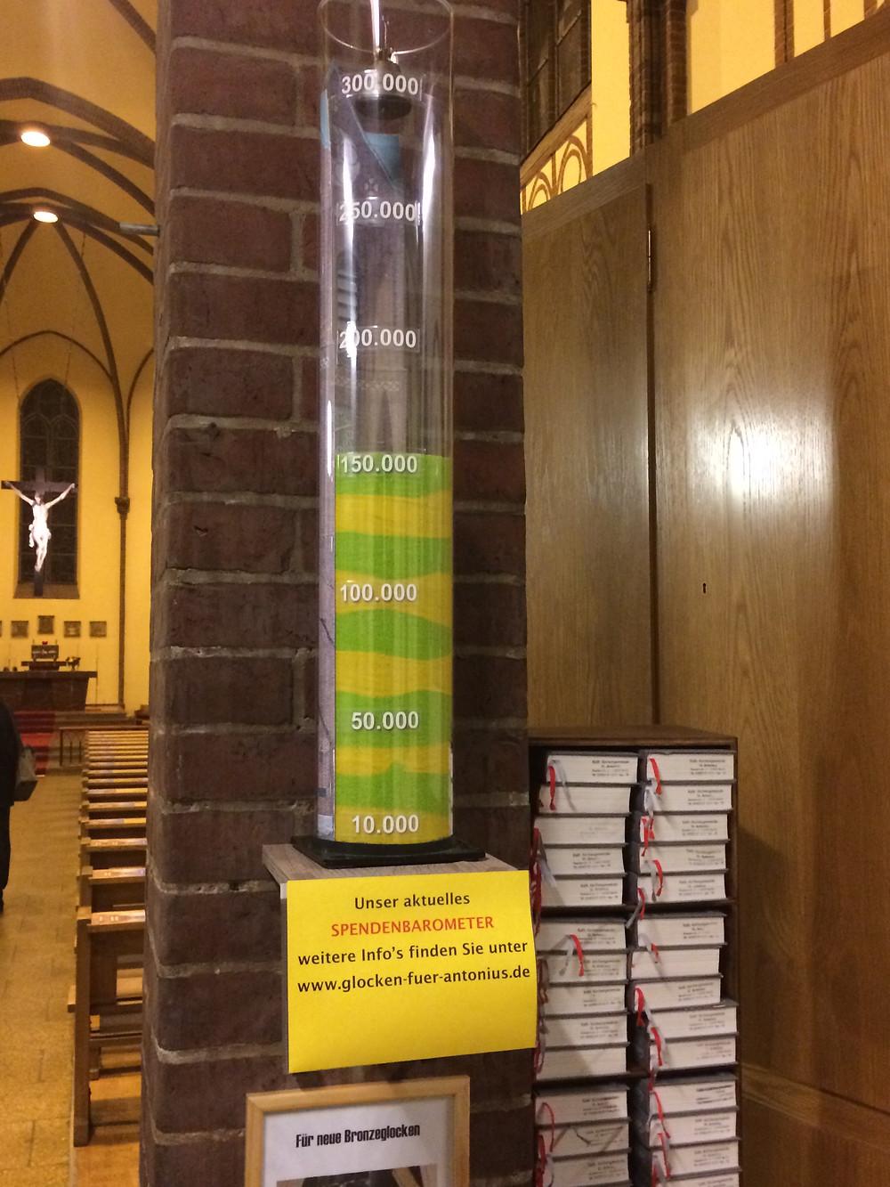 Das Spendenbarometer in der St. Antonius-Kirche zeigt den aktuellen Spendenstand an. Hier den vom 27.10.2019.