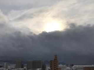 猛吹雪なのに、空が晴れてること、そして地震に注意!