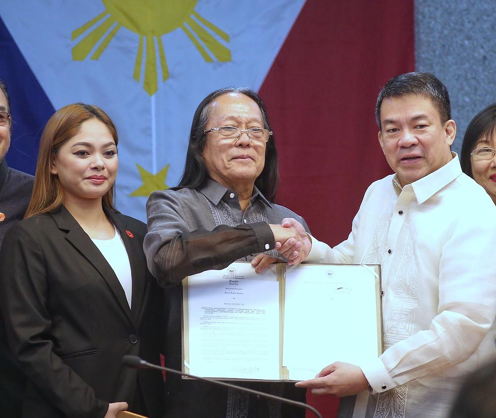 Freddie Aguilar kasama si Koko Pimentel noong sya ay nag-file ng kanyang COC