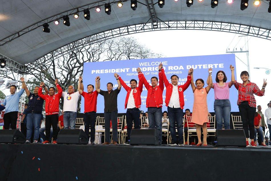 Mga kandidato ng Hugpong ng Pagbabago kasama si Pangulong Duterte; mula kaliwa: Angara, Ejercito, Mangudadatu, dela Rosa, Go, pangulong Duterte, Pimentel, Tolentino, Villar, Cayetano, Marcos