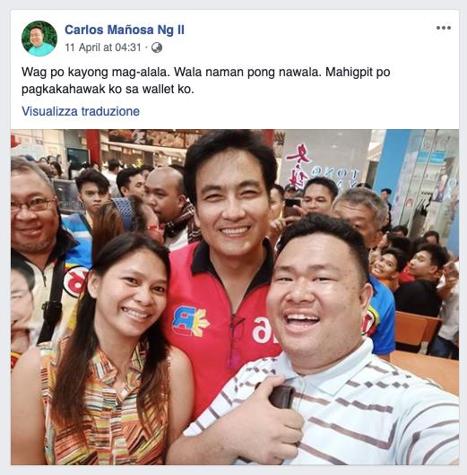 """Facebook user Carlos Mañosa Ng II, nagpakuha ng litrato kasama si Bong Revilla. Caption: """"Wag po kayong mag-alala, Wala naman pong nawala. Mahigpit po pagkakahawak ko sa wallet ko."""""""