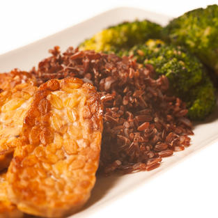 Tempeh with brown rice and broccoli