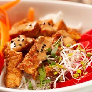 Peanut crispy tempeh salad