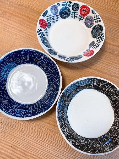 絵柄のリム皿 ネイビー/ブラック/フラワー