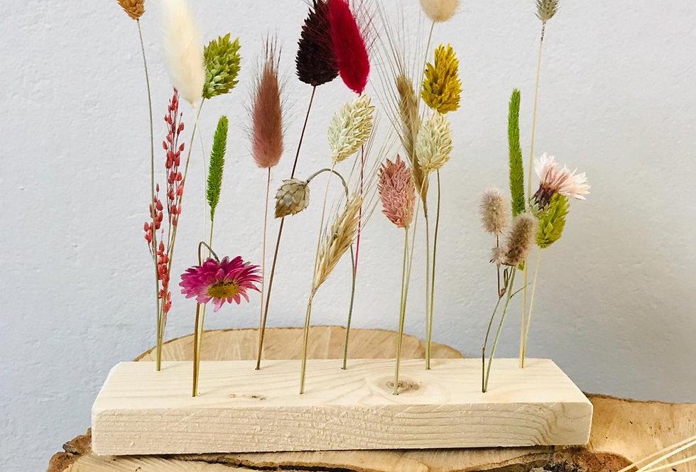 Droogbloemen op een plankje