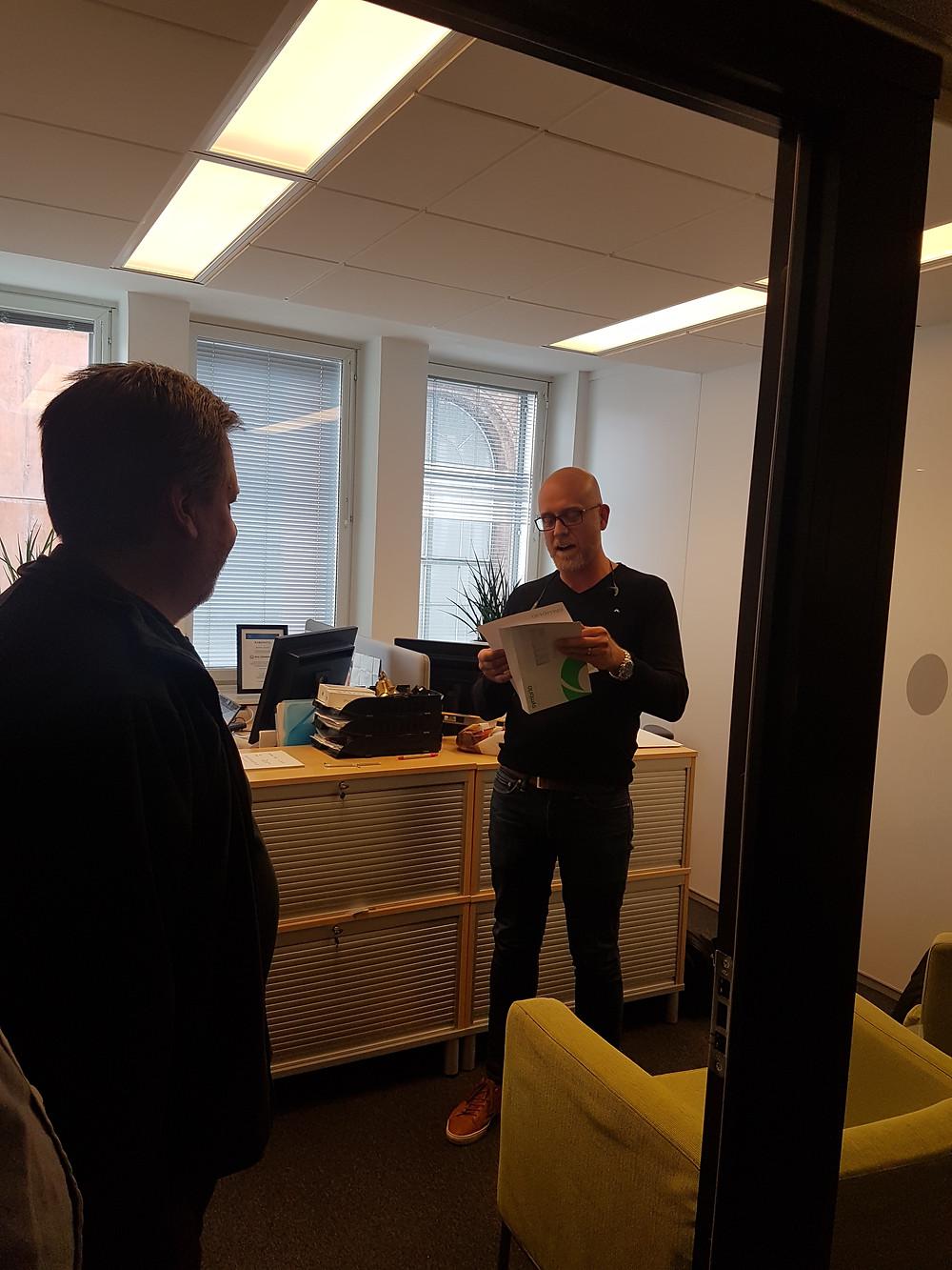 Robban får läsa upp en rolig hälsning från Symbrios Drift