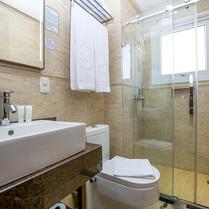 Banheiros de alto padrão.