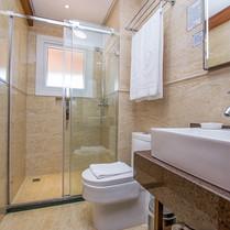 Banheiros espaçosos.