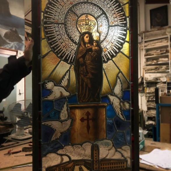 Vidriera Virgen del Pilar . Editorial Lu