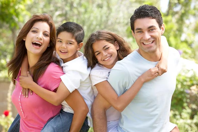familia sonriendo.webp