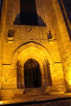De nuit - le portail d'entrée éclairé