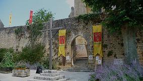 Entrée principale de l'abbatiale, décorée pour les Fabulesques