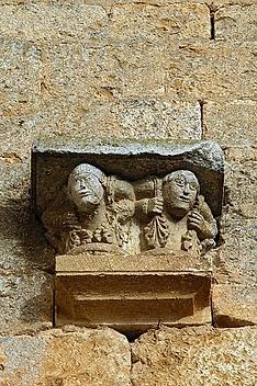 Porteurs sur un des chapiteaux du porche