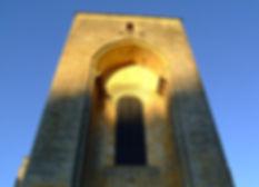 Clocher-porche de l'abbatiale éclairé par la lumière de fin de journée
