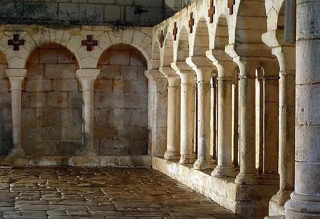Colonnes dans l'église, ancienne communication avec le cloître