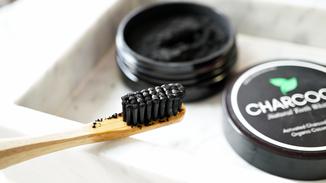 Wittere tanden met houtskool, werkt dit nu echt?