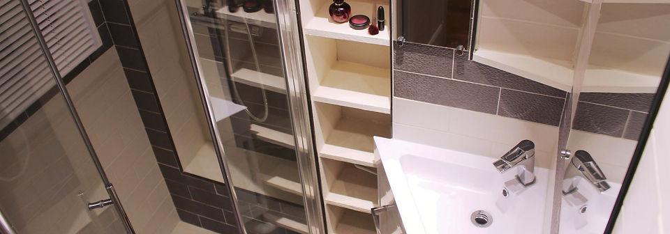 Salle de bains aménagée sur mesure, douche italienne carrelée, receveur WEDI, paroi de douche vitrée, mitigeur thermostatique, meuble vasque, miroirs et étagères (Asnières, 92)