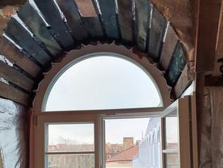 Pro-langą-521-balkonas-ir-žmogus-(6).j