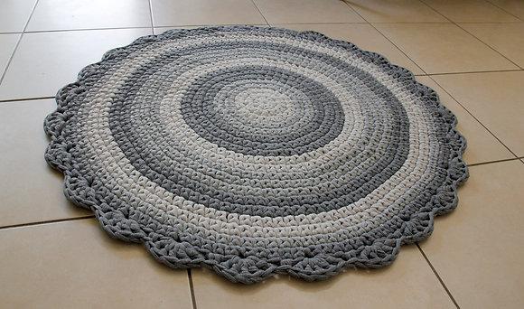 שטיח סרוג בגוונים אפורים