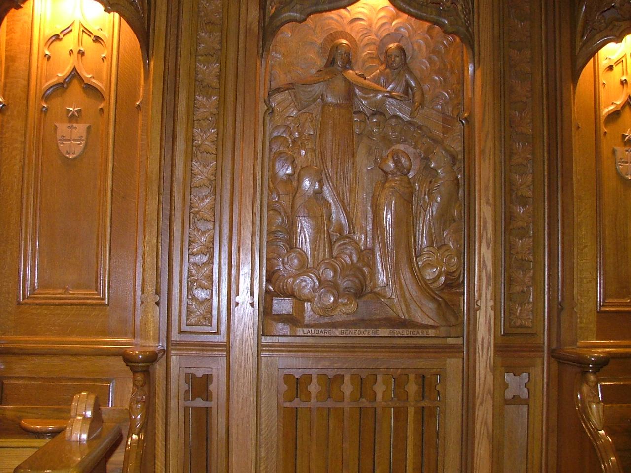 Bas-relief de la Vierge au manteau
