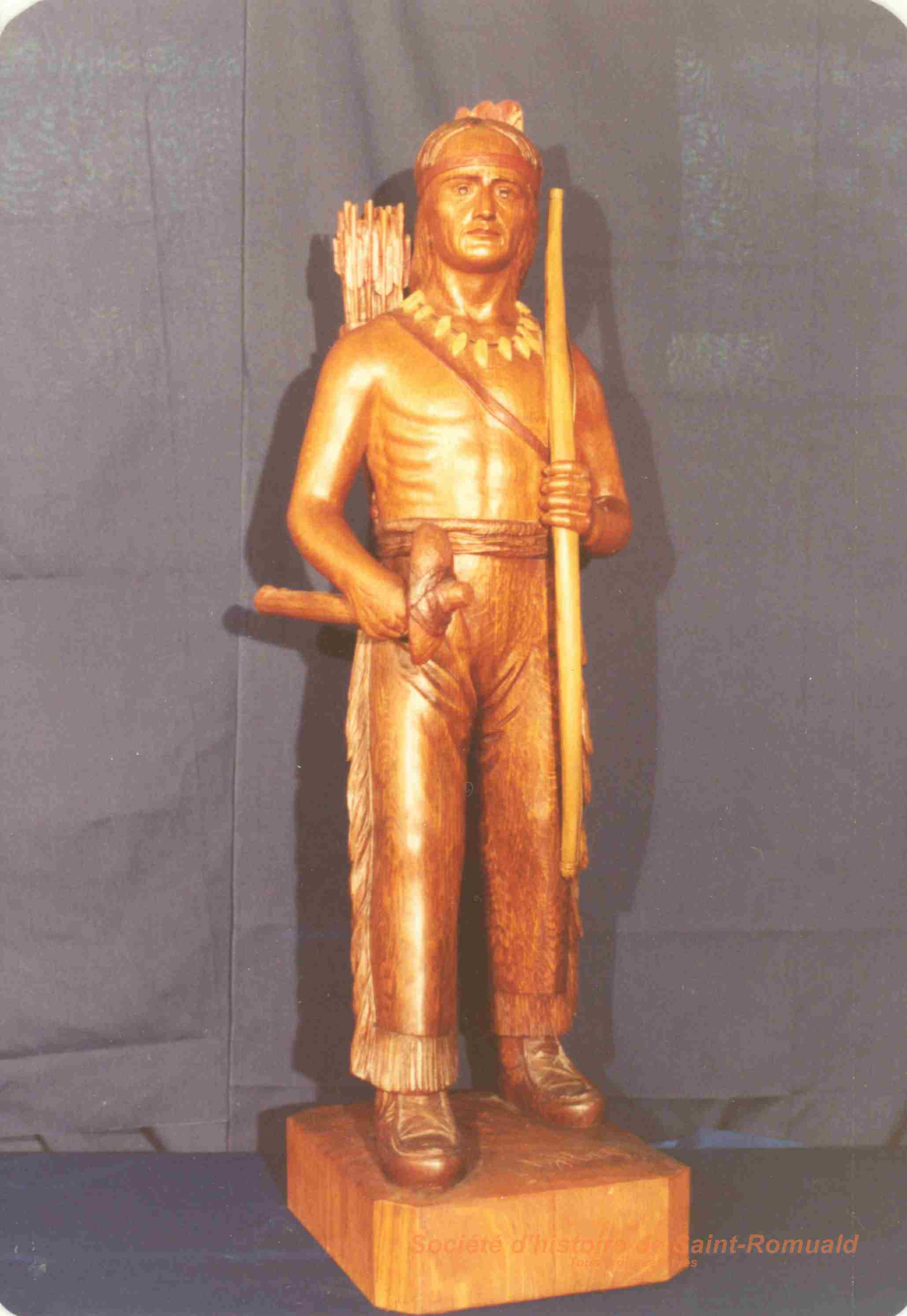 Amérindien avec arc et tomahawk
